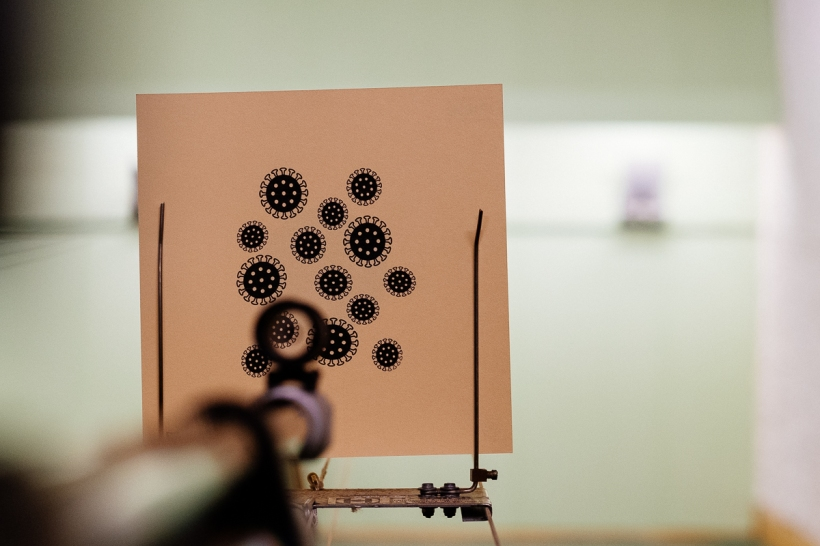 Spaßscheibe mit Coronavirus (Codiv-19) als Ziel für Luftgewehr und Luftpistole im Jugendtraining beim Sportschießen
